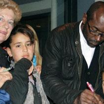Lucien Jean-Baptiste, en séance d'autographes  / Photo Anik Couble