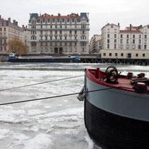 Péniche prisionnière de la glace au hauteur de Perrache / Photo: Anik Couble