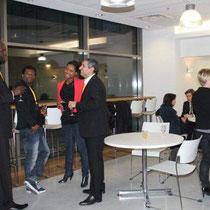Côté coulisses : les intervenants font connaissance avant le débat - Photo © Anik COUBLE