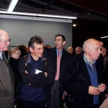Raymond Depardon en discussion avec des admirateurs, lors du vernissage de son exposition au siège de la Région Rhône-Alpes  - Lyon - Novembre 2012 © Anik COUBLE