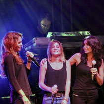 Claire Keim, Julie Zenati et Jenifer,  sur la scène du Foot-Concert de Lyon, le 13/10/2012 © Anik COUBLE