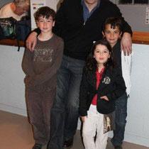 Jean-Pierre AMERIS entouré de 3 jeunes admirateurs, Alan BADAOUI-COUBLE, Marwann et Iliana BOULAGHLEM / Photo : Anik COUBLE