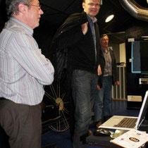 Jean-Pierre AMERIS et  Gilles BERNARD en cabine de projection  / Photo : Anik COUBLE