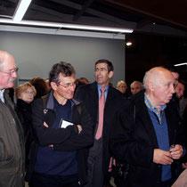 Raymond Depardon en discussion avec des admirateurs, lors du vernissage de son exposition au siège de la Région Rhône-Alples  © Anik COUBLE