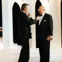 Henri Verneuil, lors de la remise de son Cesar d'Honneur, par Alain Delon  - Paris 1996 - Photo © Anik COUBLE