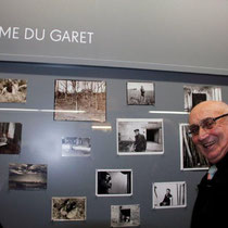 Jean, le frère de Raymond Depardon, devant les photos de la ferme du Garet  - Lyon - Novembre 2012 © Anik COUBLE