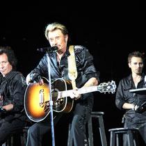 Johnny Hallyday entouré de Robin Le Mesurier et Greg Zlap - Lyon - Juin 2012 © Anik COUBLE