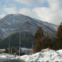 道の駅「夜叉ケ池の里さかうち」から丁子山と奥に湧谷山