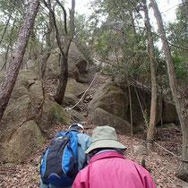 城山へののぼりは急な岩場