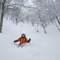 ニシマタ谷滑降。腰までの雪も飛んでいく。Mさん