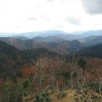 おにゅう峠手前から。重畳たる山並みの向こうには蛇谷ケ峰