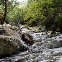 石灰岩の大きな1枚岩の川底