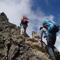 さらに険しい岩場を登ると