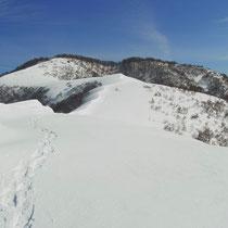 稜線から三十三間山山頂(左手白い方)を写す