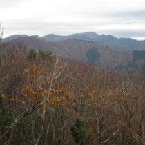 三国峠からの展望 遠くに百里ケ岳、手前には小入谷林道