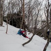 山スキーの気分で新雪を踏んで楽しく下山