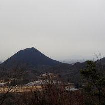 三上山が間近に見えます