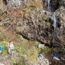 幽玄の滝の横を通り