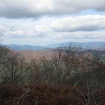 百里ケ岳山頂から駒ヶ岳の稜線。奥には若狭湾も。
