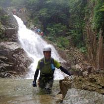 15mの滝は水量が多く、登る人で混んでいた