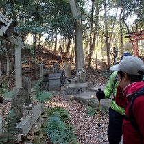 大岩神社の前を通り