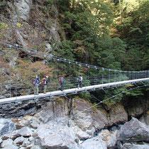平等嵓横に架かる吊橋