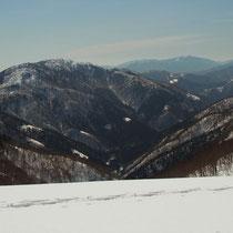 手前に武奈ケ嶽、遠くに比良の武奈ケ岳