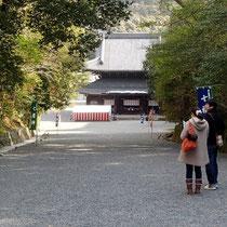 泉涌寺の前を通り
