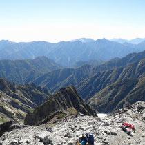 【剱岳山頂から】源次郎尾根 その向こうに針ノ木・蓮華・爺ヶ岳の稜線