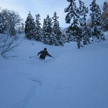 かなり下っても日陰には軽い雪を楽しめます