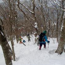 雪の尾根道下りでは、滑ったり転んだりもしますが