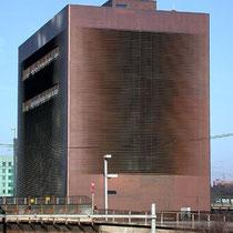Stellwerk (torre de control de tráfico) en Basel SBB diseñado por los prestigiosos arquitectos suizos Jacques Herzog y Pierre de Meuron.