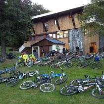 Dimanche: Les vélos devant l'AJ