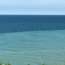 Etonnante différence de couleur de la mer