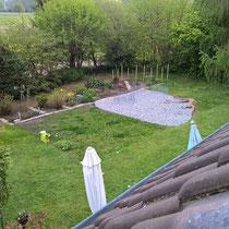 Der neue Rasen tut sich noch etwas schwer, besonders in der schattigen Ecke.