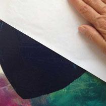 Auf die noch nasse Farbe wird ein Papier aufgelegt und angedrückt, um Teile der Farbe wieder weg zu nehmen.