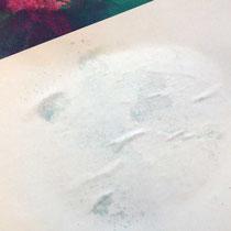 Rückseite vom aufgelegten Papier, das das Wasser und die ungelöste Farbe aufsaugt.