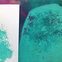 Die untere Farbschicht kommt wieder zum Vorschein, teils flächig, teils nur als Farbsprenkel zu sehen.
