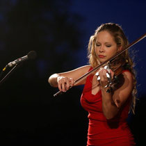 Eine der beiden Künstlerinnen die dem Publikum vorspielten verzauberte an der Geige.