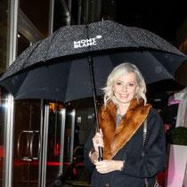 Dank dem hauseigenen Regenschutz der Marke Montblanc wird auch Petra von Bremen bei Ihrer Ankunft auf der Boutiqueeröffnung nicht nass.