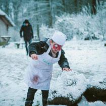 Nach anstrengendem Stillsitzen beim Kinderschminken und einem vollen Magen durchs Plätzchenbacken, toben sich unsere kleinen Gäste erst einmal im Schnee aus.