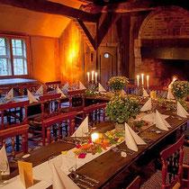 Umgeben von rustikalen Elementan, bei Kerzen- un Feuerschein, laden wir die Gäste zum festlichen Essen ein.