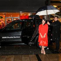 Moderatorin Nandani Mitra trifft mit dem BMW Shuttleservice bei der Montblanc Boutique-Erföffnung in Hamburg ein.