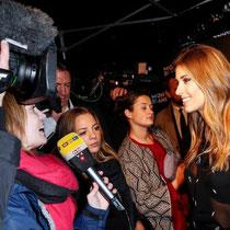 Moderatorin und Model Cathy Hummels fand vor Beginn der Veranstaltung, in Hamburg am Neuen Wall, auch schon Zeit einige Interviews zu geben.
