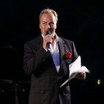 Schick gekleidet und hochmotiviert zeigt sich der Urheber und ebenfalls Moderator der Flut Charity Schauspieler Till Demtrøder.