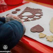 Sollte durch das Catering und die vorhandenen Süßigkeitenstände der Magen noch nicht zu voll sein, so wird unter Aufsicht ein Backblech nach dem anderen mit frisch gebackenen Plätzchen vorbereitet.
