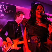 Durch Liveauftritte verzaubern Sänger und Musiker unsere Gäste auf der Abendveranstaltung.