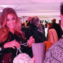 Moderatorin und Model Cathy Hummels wird bei der Montblanc Boutique-Erföffnung herzlich akkreditiert.