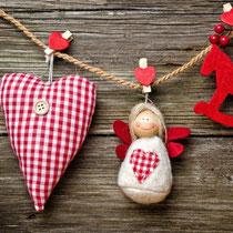 Für das richtige Gefühl braucht man das richtige Umfeld, für eine Veranstaltung heißt das, die richtige Deko und was passt besser zu einem Familienmarkt im Winter, als ein Herz, ein Engel und ein Schaukelpferd?