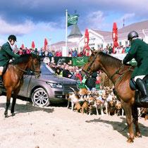 Vor der Seebrücke Ahlbeck werden zur Schauschleppe am Sonntag alle zusammengeführt, Gäste, Zuschauer, Sponsoren und Reiter.